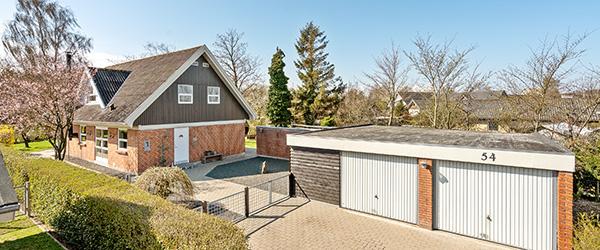 Villa med dobbeltgarage og yderst central beliggenhed i Sæby midtby