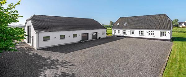 home Sæby – Læsø: Stilfuld ejendom med stor fin udhusbygning fra 2013
