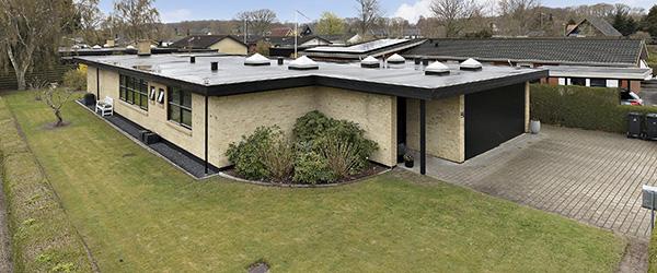 EDC Lars Jensen: Arkitekttegnet villa i modernistisk stil – god beliggenhed i Sæby