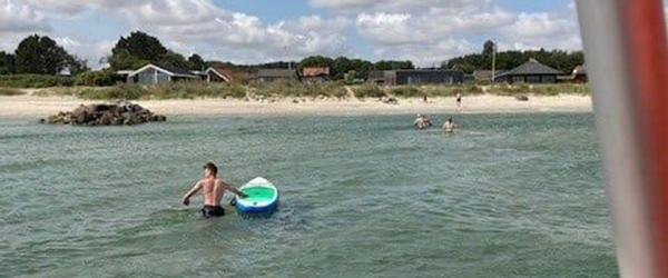 To personer drev ud på havet på SUP board