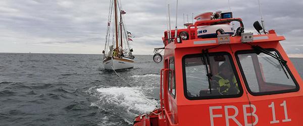 40 fods sejlskib med motorstop fik assistance