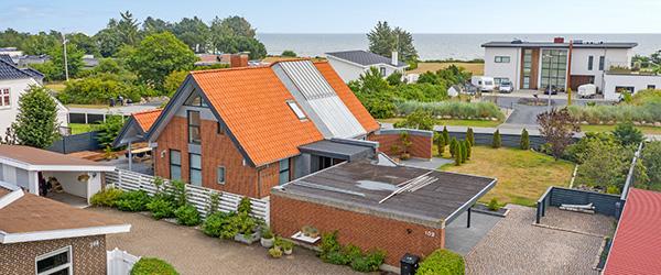 Arkitekttegnet villa med havudsigt – stilrent design og moderne indretning