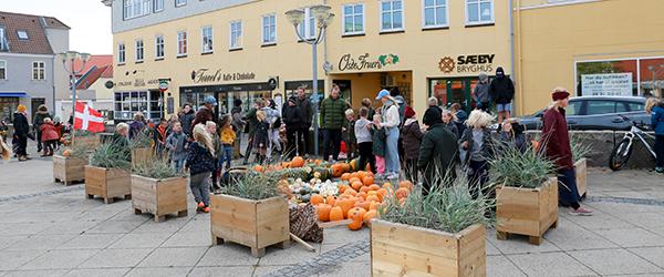 Børnene fra Sæby Friskole har pyntet torvet i efterårsstemning